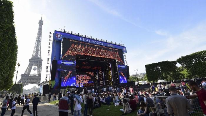 Người dân theo dõi không khí khai mạc Euro 2016