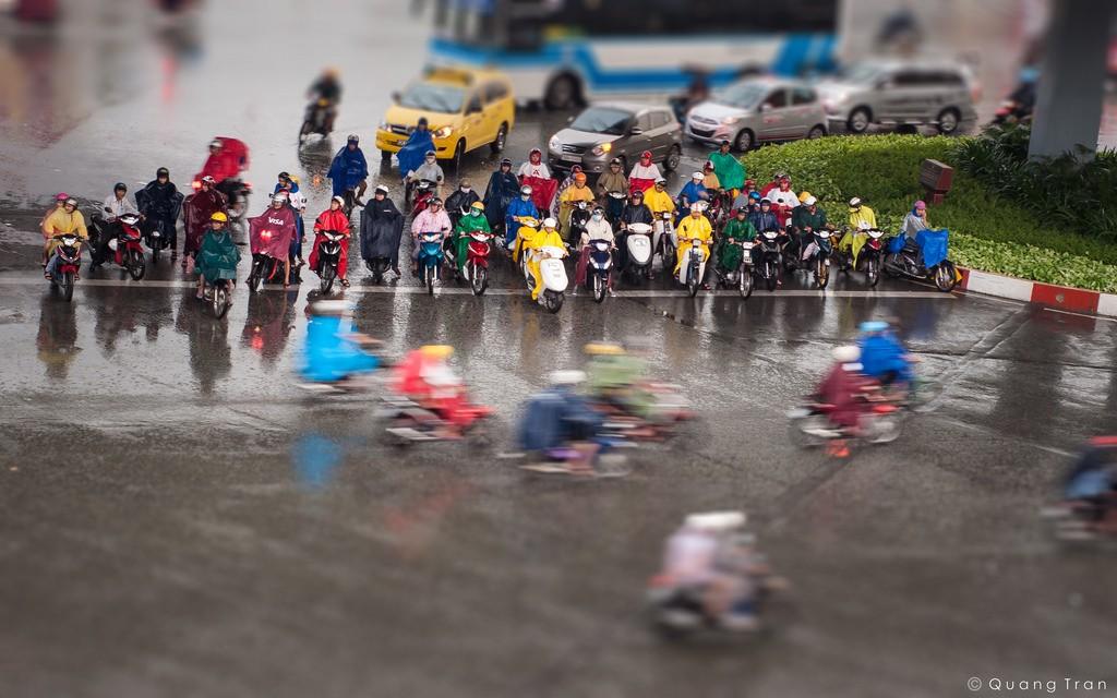 Mưa đến, dù Sài Gòn cứ mải miết vòng quay đông đúc