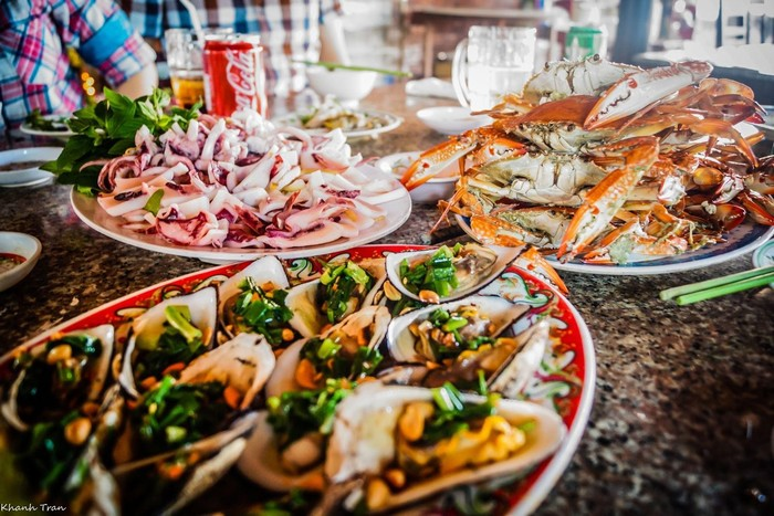 Để tránh những tình huống oái ăm, bạn hãy kiểm tra giá trước khi đắm chìm vào những bữa tiệc hải sản như thế này