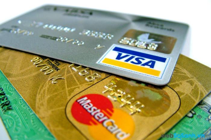 Thay vì mang quá nhiều tiền mặt thì nên đem thẻ ATM