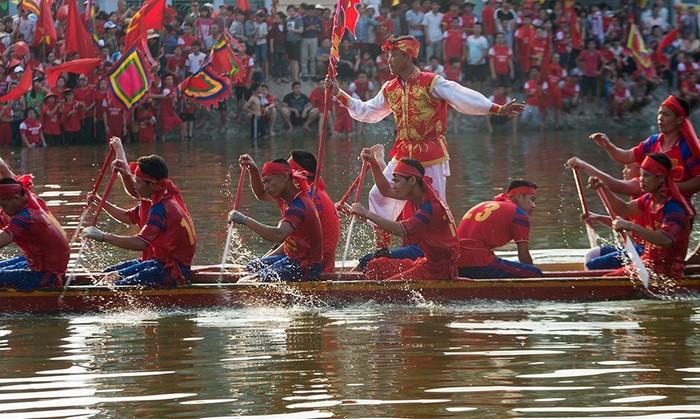 Dòng người đông đúc mùa lễ hội
