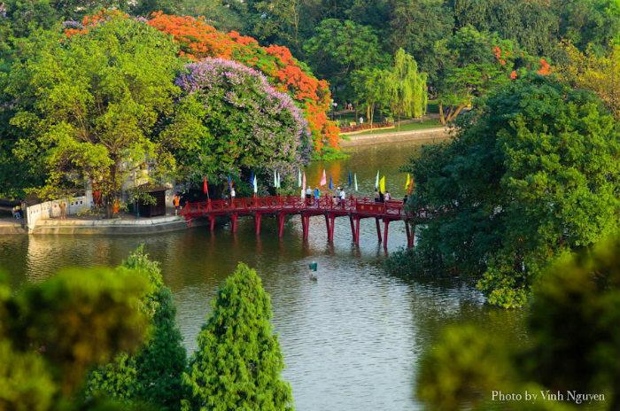 Cầu Thê Húc dẫn lối vào đền Ngọc Sơn