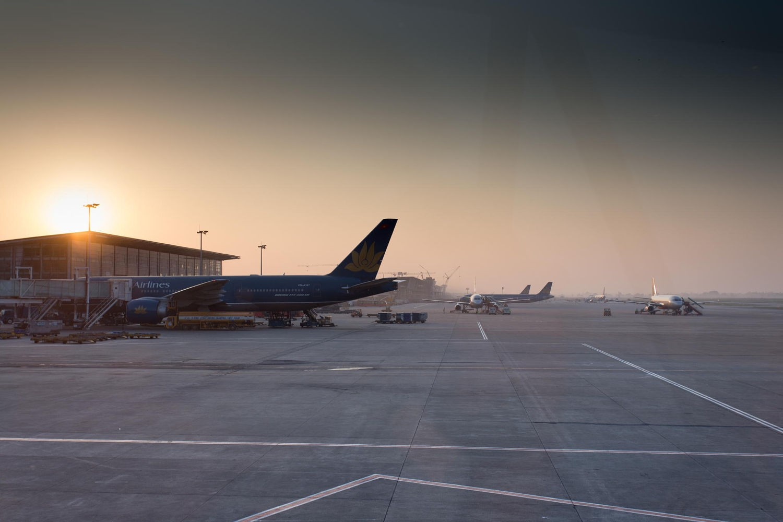Di chuyển đến Hà Nội bằng máy bay