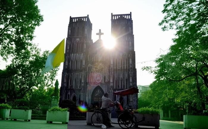 Bình minh đánh thức nhà thờ Lớn