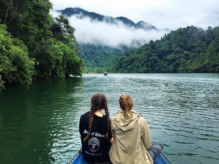 Ngồi thuyền ngắm hồ Ba Bể