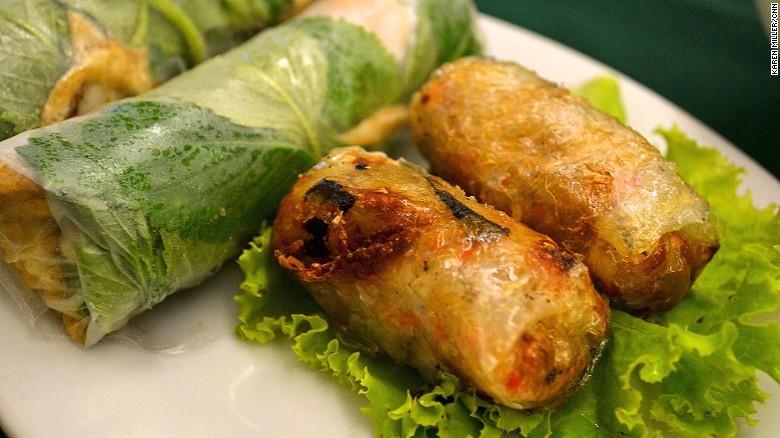 Nem rán và gỏi cuốn:Gỏi cuốn (trái) là món cuốn gồm có nhiều rau xanh, một lát thịt mỏng hoặc hải sản kèm cả rau mùi.