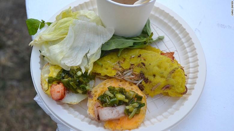 Bánh xèo:Chiếc bánh mỏng giòn được chế biến từ thịt heo, tôm, giá đỗ và ăn kèm các loại rau thơm.