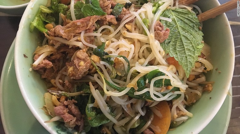 Bún bò Nam Bộ:Trong một bát bún gồm có những miếng thịt bò thái mỏng, đậu phộng rang, giá đỗ, rau thơm, hành hẹ, đi kèm là bát mắm nêm và ớt tươi xắt nhỏ.