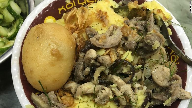 Xôi:Món ngon làm từ gạo nếp đồ và rất nhiều thành phần ăn kèm như thịt gà, thịt heo, trứng, và luôn có thêm hành khô bên trên.