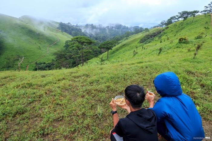 Bữa sáng giữa núi rừng - Ảnh: Duy Hùng