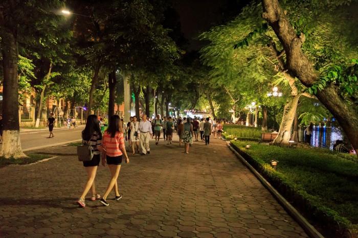 Đi trên vỉa hè ở phố đi bộ - Ảnh: Duy Hùng