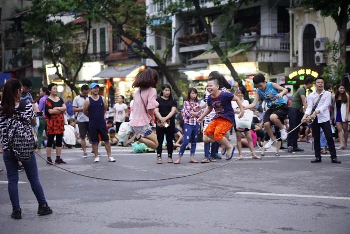 Nhảy dây trên phố - Ảnh: Heo Bờ Rồ