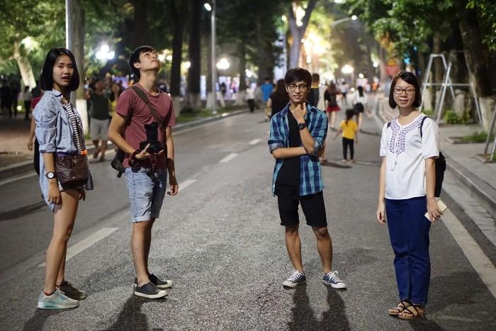 Chẳng mấy khi được đứng giữa đường - Ảnh: Phúc Nguyễn