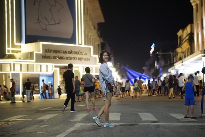 Để chụp ảnh ngay ngã tư - Ảnh: Phúc Nguyễn