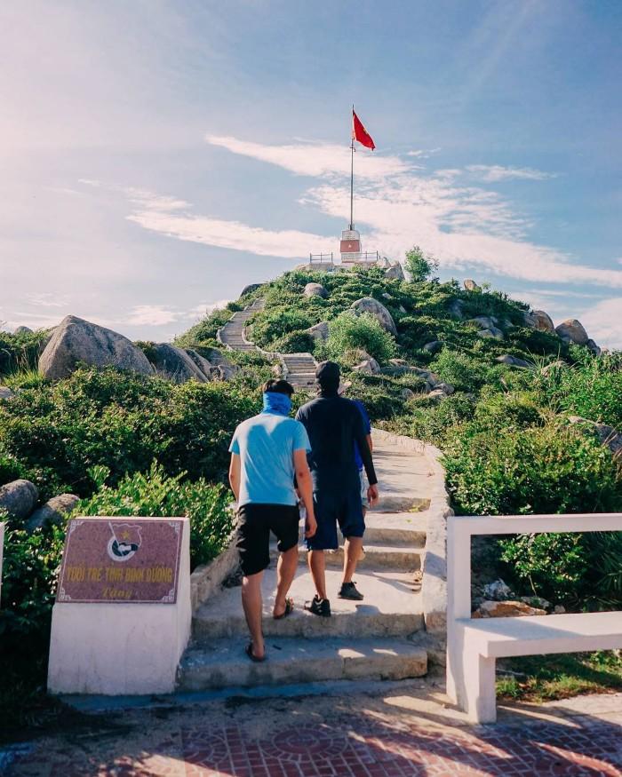 Đường lên ngọn hải đăng cũng đẹp quá chừng - Ảnh: @namjuni