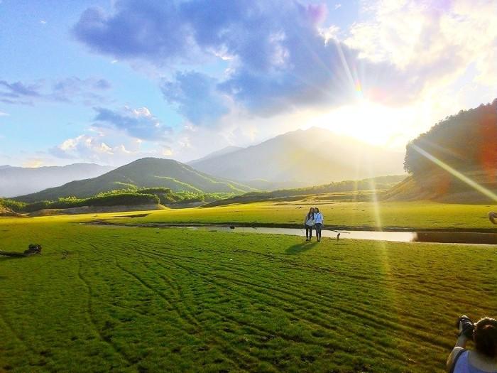 Hồ Hòa Trung mùa cạn đẹp như một thảo nguyên xanh - Ảnh: Sưu tầm
