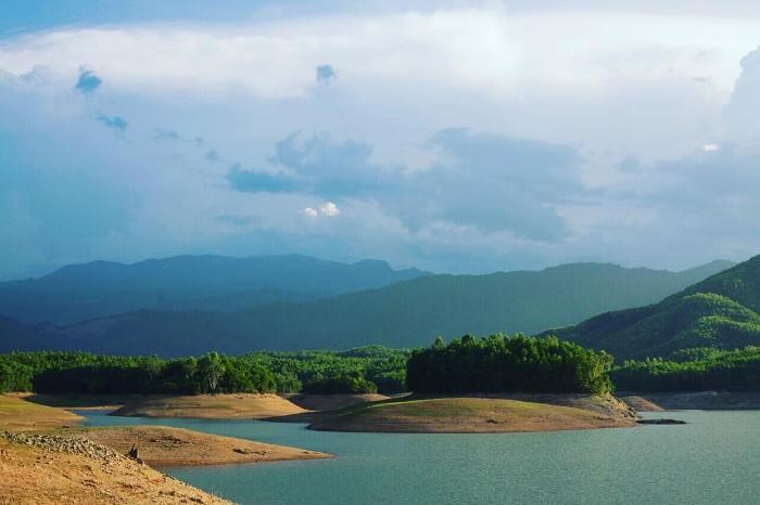 Bao quanh hồ là những đảo nổi nhân tạo nhấp nhô - Ảnh: nanaa.pn25
