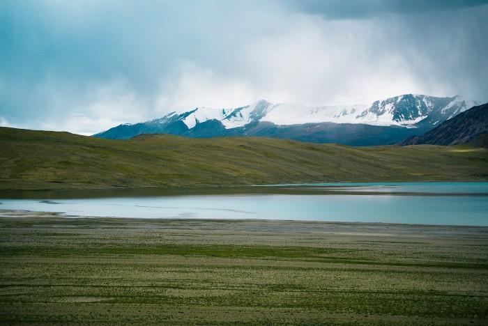 Sau 8 tiếng đường xe dằn xóc, qua nhiều địa hình, từ núi đá khô cằn, đồng cỏ thoải hương, sông suối... trong cái khắc nghiệt khô mắt, khô môi.
