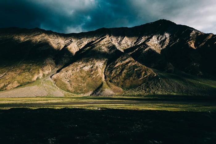 Mặt trời bắt đầu xuống núi vừa đúng lúc chúng tôi đến Rangdum (một thị trấn hoang vu và tách biệt giữa lòng chảo thung lũng núi non hiểm trở, quanh khu này hình như chỉ duy nhất 1 cái hostel, thiếu điện đóm, giá khá đắt đỏ)