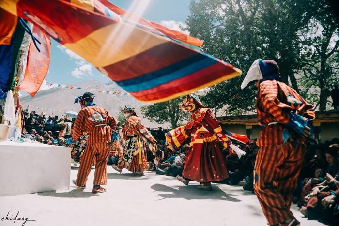 Zanskar tuy hẻo lánh nhưng là vùng đất giàu sắc màu tinh thần, người Zanskar thường tổ chức các lễ hội trong năm, họ hóa trang, ca hát, nhảy múa... những khúc hùng ca về cuộc chiến giữa cái thiện và cái ác.