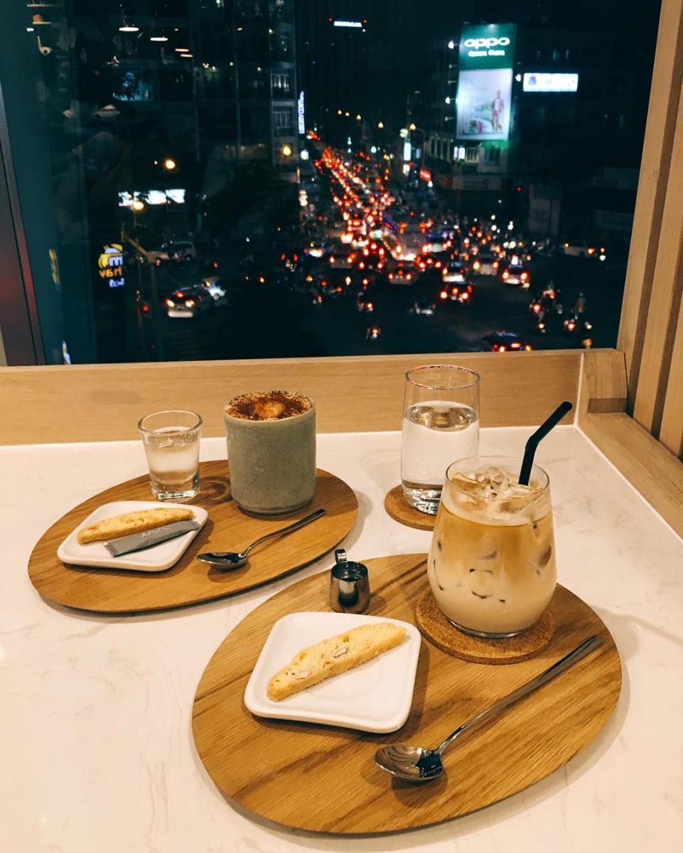 Vừa thưởng thức cafe vừa ngắm Sài Gòn về đêm- Ảnh: tinyhuynh