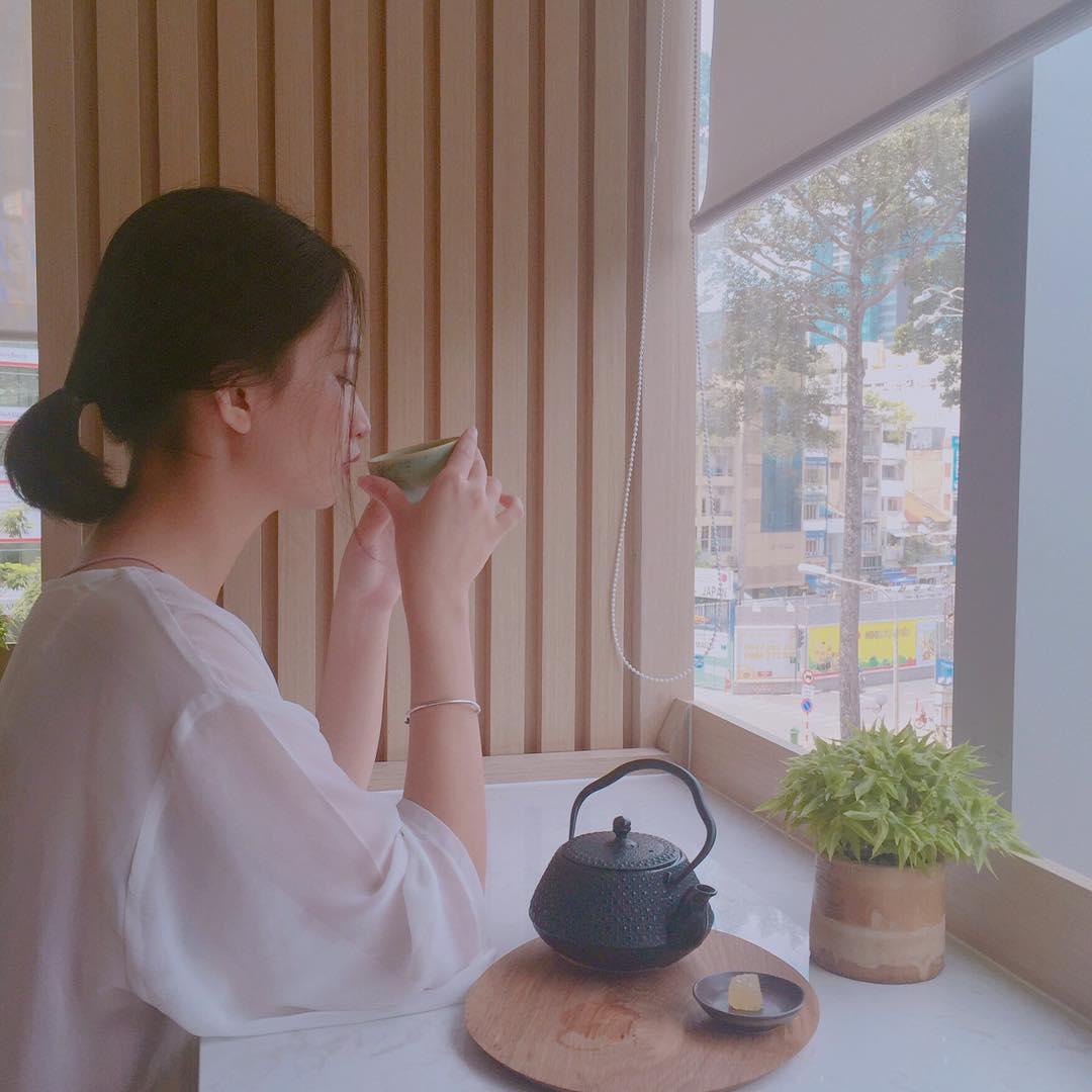 Thưởng thức trà nóng- Ảnh: munroseate