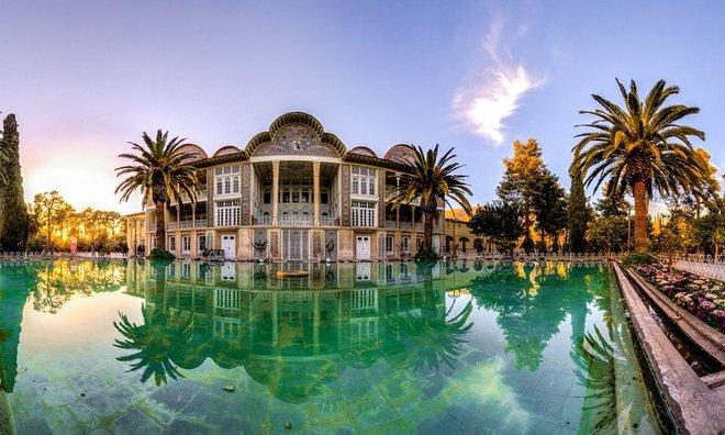 Vườn Eram tại thành phố Shiraz, tỉnh Fairs. Vườn và cung điện đã qua tay quý tộc phong kiến, các tù trưởng bộ lạc ở Fars, sau đó đến hoàng gia Iran.