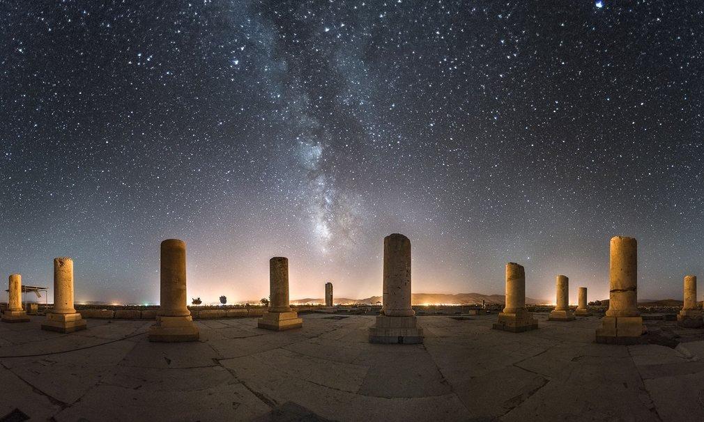 Cung điện riêng của Cyrus, bức ảnh thực hiện vào một đêm trời đầy sao.