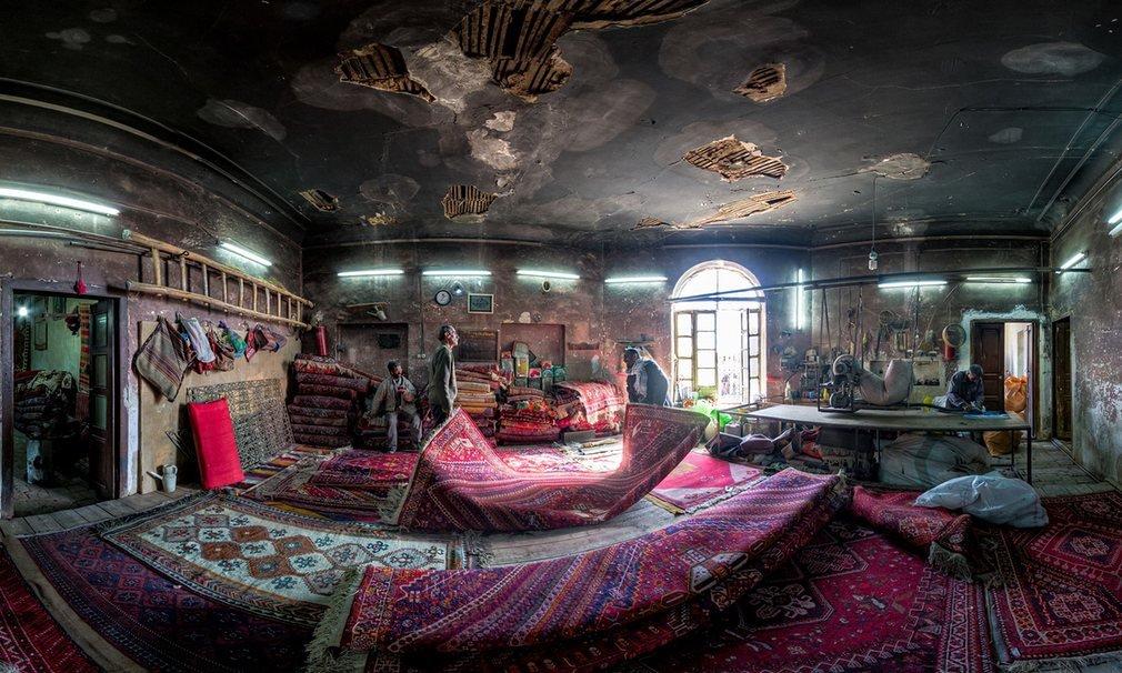 Một xưởng sửa thảm truyền thống nằm gần lối vào thánh đường Vakil và chợ Vakil. Những tấm thảm trong ảnh đều được làm thủ công.