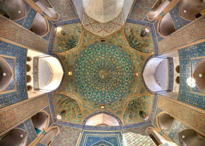 Trang trí trên trần của thánh đường Jameh, ở tỉnh Isfahan. Du khách có thể kết hợp thăm thú chợ Grand Bazaar nằm ở cánh tây nam của thánh đường. Công trình tôn giáo này được UNESCO công nhận là di sản thế giới năm 2012.