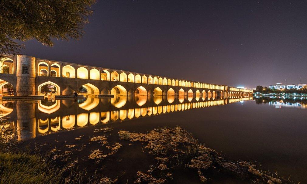 Si o Seh Pol (nghĩa là cầu 33 cổng vòm), còn gọi là cầu Allah-Verdi Khan, một trong 11 cây cầu ở Isfahan.
