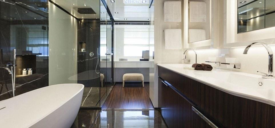 Nội thất trên tàuBaglietto được ốp gỗ, với phòng ngủ rộng và phòng tắm đầy đủ tiện nghi. Tên phòng tắm này là Jack và Jill.