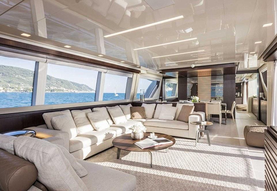 Còn đây là khung cảnh phía trong của tàu Custom Line 108, một trong những siêu du thuyền có giá nhiều triệu đô. Phòng chờ của du thuyền khá lớn, chứa được nhiều du khách cùng lúc ngồi tại đây để ngắm cảnh biển.