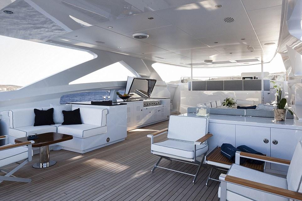 Boong tàu ở ngoài trời được ốp gỗ, nội thất với tông màu chủ đạo là trắng.