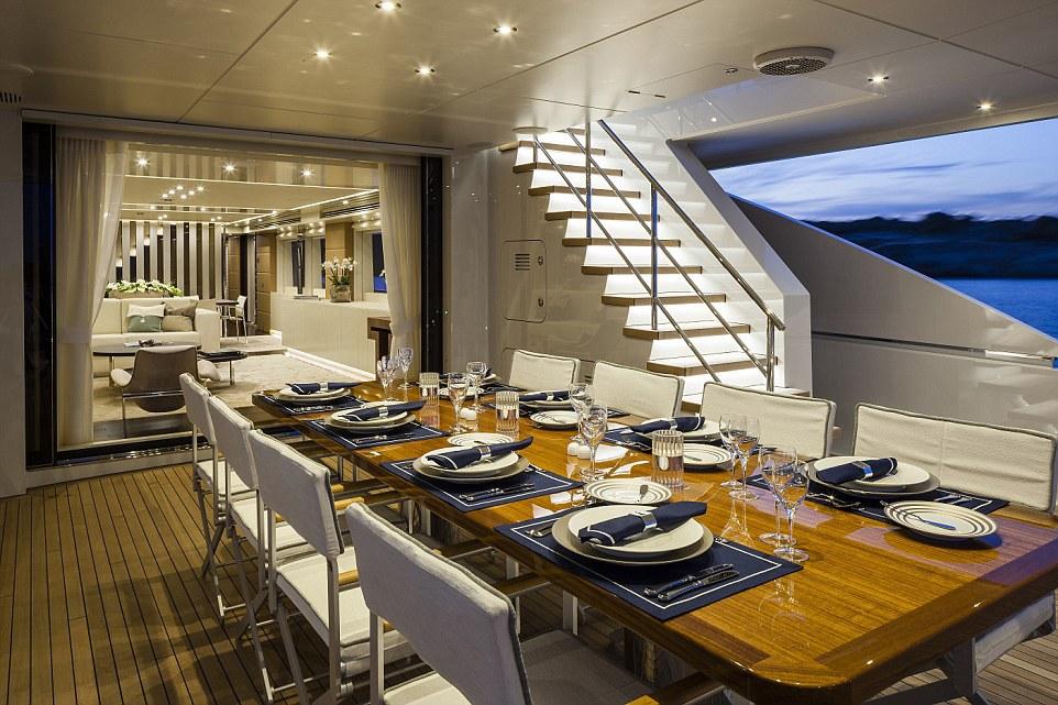 Du khách cũng sẽ được phục vụ bữa tối ngoài trời, ngắm cảnh biển ngay trên boong tàu.