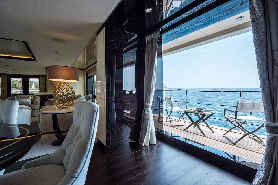 Còn đây là nội thất bên của tàu Amels Holland Elixir, dài 55 m. Chủ nhân của chiếc tàu này tự hào rằng nó được thiết kế không thua kém gì phòng nghỉ của một khách sạn 5 sao