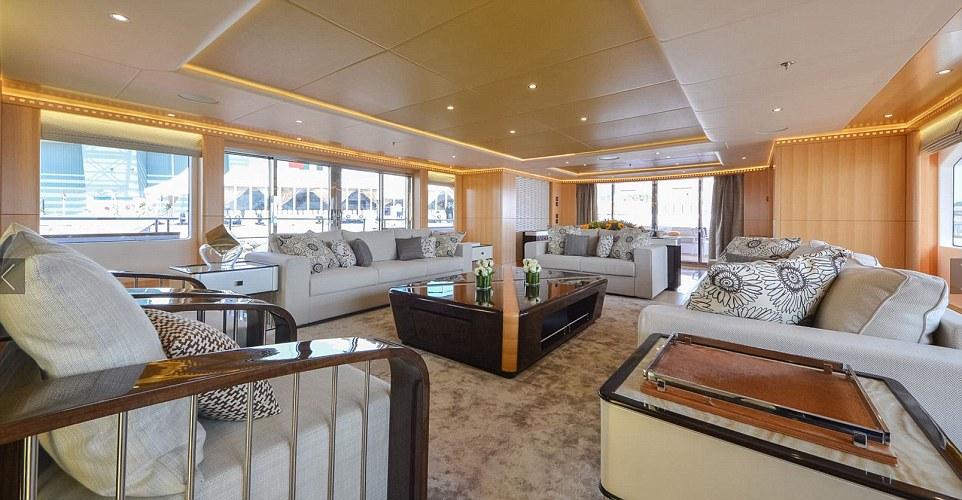 Tàu Majesty 155 được thiết kế với nhiều ghế sofa lớn. Du khách có thể lựa chọn giữa việc ngồi trên các ghế bành êm ái này hoặc trên quầy bar để ăn sáng