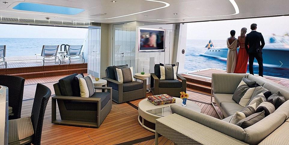 Tàu có 5 phòng ngủ, trong đó có một phòng ngủ lớn và một phòng VIP. Tàu cũng có một bể bơi vô cực và spa.