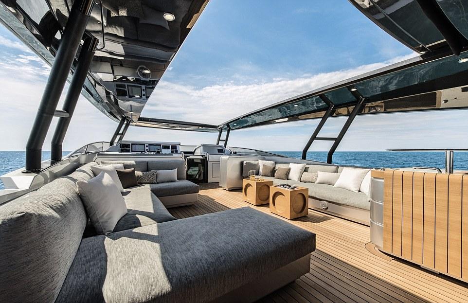 Monte Carlo MCY105 là du thuyền dài 32 m, có chủ sở hữu là một nhà đầu tư Hong Kong.
