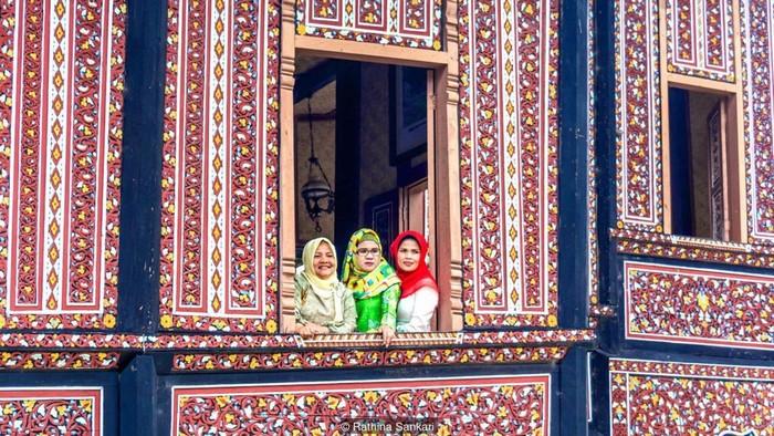 Vùng cao nguyênTâySumatra,Indonesia là nhà của các nhóm bộ tộcMinangkabau - nơi mà chế độ mẫu hệ vẫn còn tồn tại, phụ nữ mới là người cai trị, quyết định mọi thứ còn đàn ông chỉ là khách trong nhà vợ.