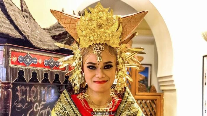 Theo truyền thuyết, đức vua của đế quốc Majapahit ở Java tuyên chiến với những người Minangkabau.