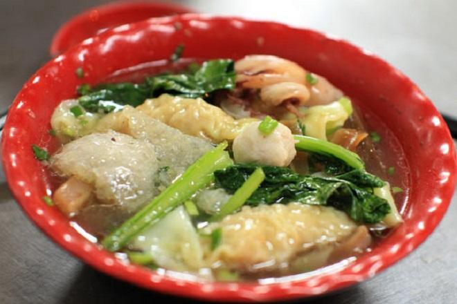 Sủi cảo:Trong ẩm thực của người Hoa, sủi cảo là một món ăn truyền thống, gồm ba thành phần chính là sủi cảo, cải ngọt và nước dùng