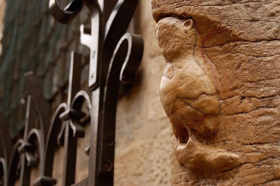 Bất kỳ du khách nào có dịp tới thăm nhà thờ Ðức Bà Paris (Notre Dame de Paris) đều sẽ không bỏ qua cơ hội chạm tay vào tượng chim cú Dijon ở bên ngoài tường đá.
