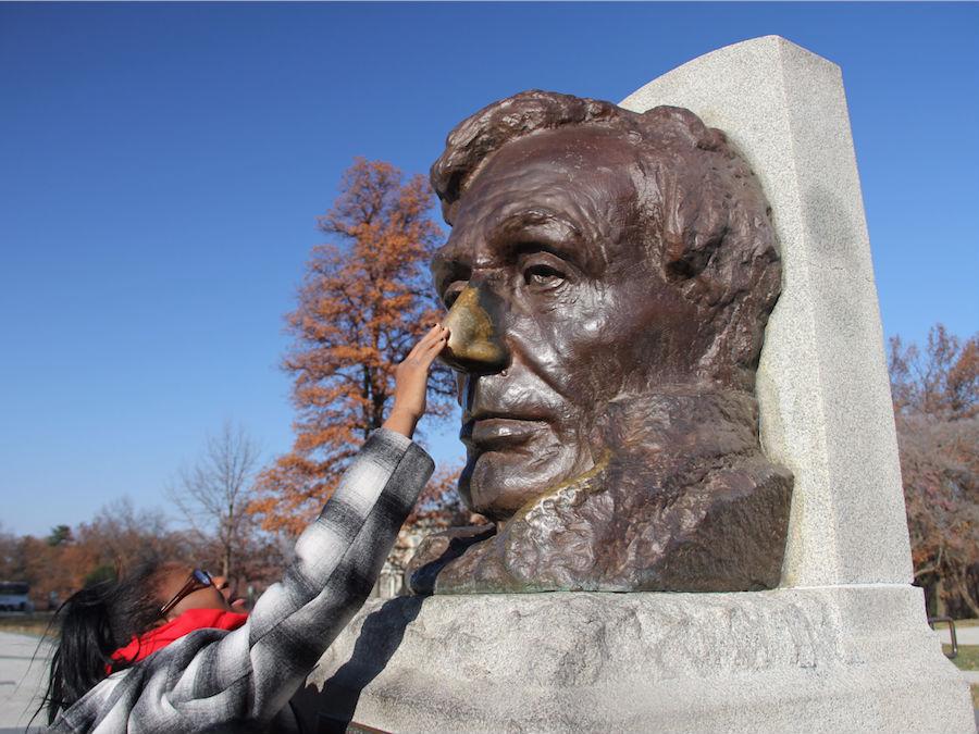 Chạm tay vào mũi củatượng đài Lincoln bằng đồng ở Springfield, Illinois, Mỹ cũng được xem làhành động mang lạimay mắn.