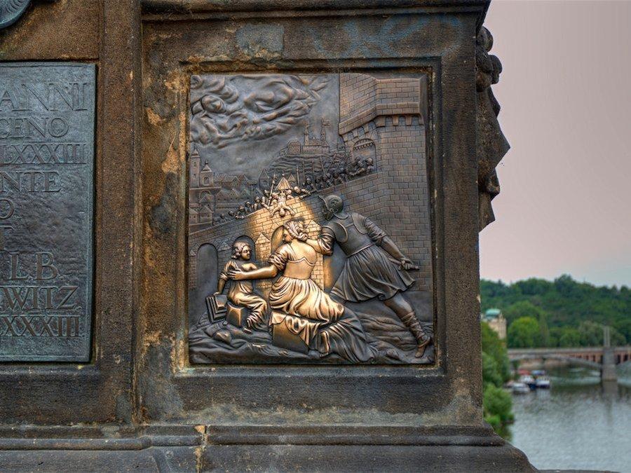 Sờ vào bức phù điêu chạm khắc trên chân đế tượng thánh St. John of Napomuk, Prague (Czech) được cho là sẽ giúp du khách một lần nữa quay trở lại nơi này. Ảnh:Flickr.