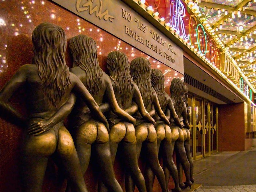 Chạm tay vào mông của bức tượng bên ngoài Riviera Hotel & Casino ở Las Vegas (Mỹ) sẽ đem lại may mắn cho du khách trong các ván bài cá cược