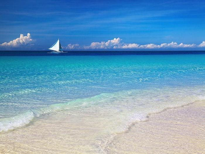 Boracay sở hữu cho mình một làn nước biển trong vắt - Ảnh: Dmitry Pichugin