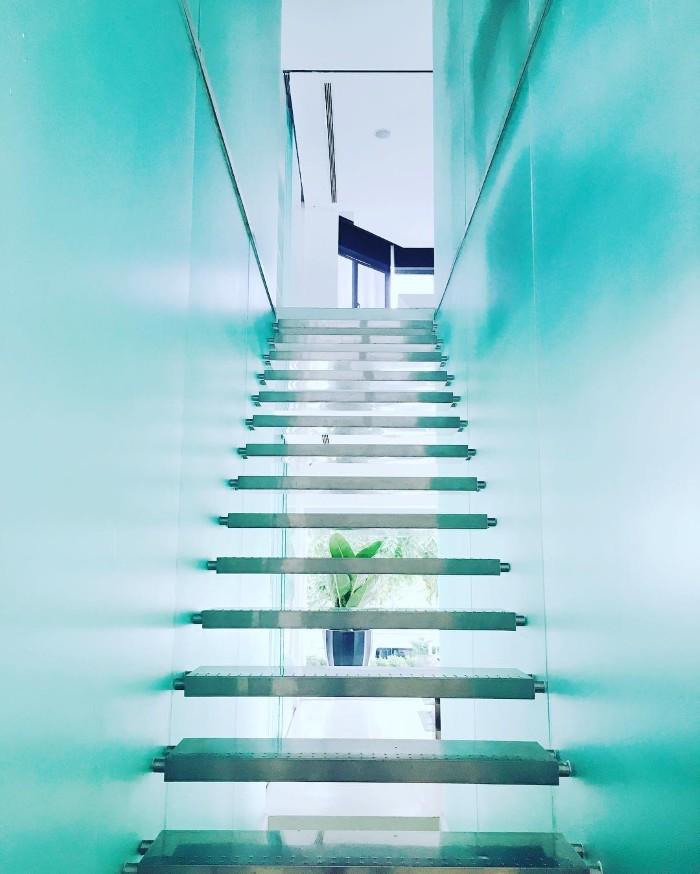 Cầu thang đi lên phủ đầy kính- Ảnh: bradon_ysh