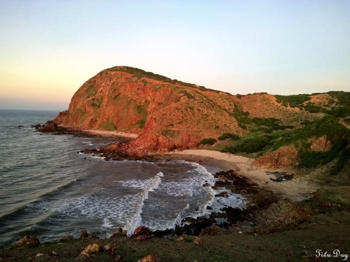 Mũi Yến vươn ra sát biển - Ảnh: Tiểu Duy