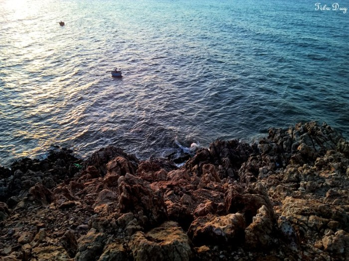 Mặt nước lấp lánh tựa ánh bạc - Ảnh: Tiểu Duy